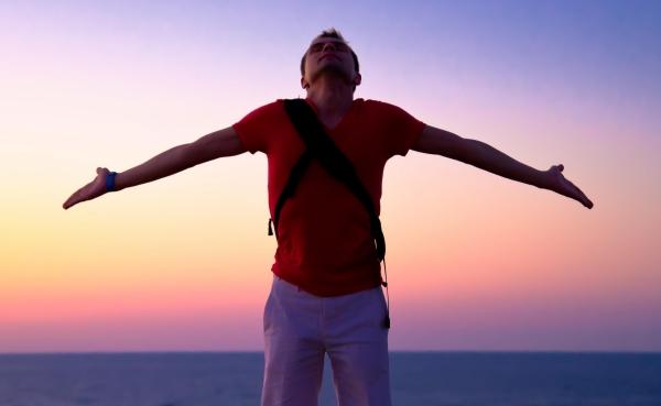 immagine di ragazzo che allarga le braccia, libertà. - Marino Baccarini