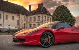 Come Guadagnare Scrivendo: Immagine Di Ferrari Rossa Davanti A Villa