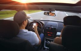 Priorita Alla Navigazione Mobile - Coppia Mentre Guida Controlla Smartphone
