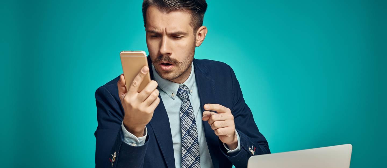 Recensioni Online - Immagine Di Giovane Manager Che Usa Smartphone.