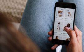 Social Media Listening - Immagine Di Donna Che Usa Lo Smartphone Per Acquistare Prodotti Online
