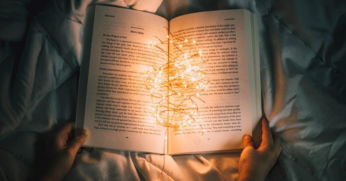 Storytelling E Marketing - Persona Che Legge Un Libro Sul Letto
